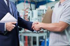 Schließen Sie oben vom Geschäftseigentümer With Digital Tablet in der Fabrik Shakin stockfotografie