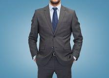 Schließen Sie oben vom Geschäftsmann über blauem Hintergrund Stockfoto
