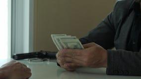 Schließen Sie oben vom Geschäftsmann, der auf dem Tisch einem anderen Mann Geld gibt Bestechungs-, Wucher- und Korruptionskonzept stock footage