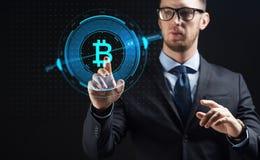 Schließen Sie oben vom Geschäftsmann mit bitcoin Hologramm stockbild