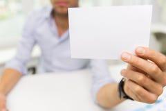 Schließen Sie oben vom Geschäftsmann mit leerem Papier im Büro Lizenzfreie Stockfotografie