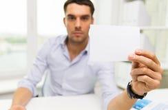 Schließen Sie oben vom Geschäftsmann mit leerem Papier im Büro Lizenzfreies Stockbild