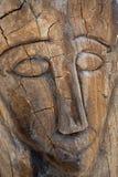 Schließen Sie oben vom Gesicht, das im Holz geschnitzt wird Lizenzfreies Stockbild