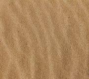 Schließen Sie oben vom gewellten Sand-Musterhintergrund Stockbilder