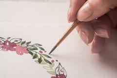Schließen Sie oben vom gezogenen Blumenrahmen mit Acrylfarbe Lizenzfreie Stockfotos