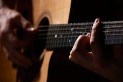 Schließen Sie oben vom Gitarristen Playing Acoustic Guitar Stockbild