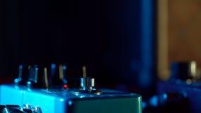 Schließen Sie oben vom Gitarristfuß Pedal drückend Musiker benutzt Musikeffekt-Schleifenmaschine Mann in den modischen Turnschuhe stock video