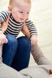 Schließen Sie oben vom glücklichen Baby mit spielerischem Elternteil stockbilder
