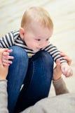 Schließen Sie oben vom glücklichen Baby mit spielerischem Elternteil lizenzfreies stockbild