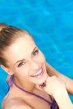 Schließen Sie oben vom glücklichen Mädchen im Swimmingpool Lizenzfreies Stockfoto