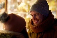 Schließen Sie oben vom glücklichen Paar in der Winterkleidung Stockfotos