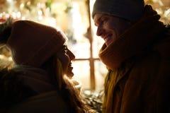 Schließen Sie oben vom glücklichen Paar im Winter schließt Lizenzfreie Stockfotos