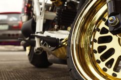 Schließen Sie oben vom großen Motorradvorderrad, glänzendes goldenes Mag-Rad des Fokus Stockfotos