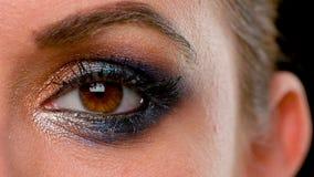 Schließen Sie oben vom halben Gesicht des Mädchens mit Make-up stock video footage