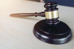 Schließen Sie oben vom Hammer auf Holztisch in einem schlagenden Gerichtssaal, Gesetz a stockfotos