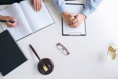Schließen Sie oben vom Hammer, vom männlichen Rechtsanwalt oder vom Richter Consult mit Kunden stockbild