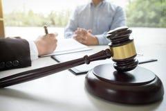 Schließen Sie oben vom Hammer, vom männlichen Rechtsanwalt oder vom Richter Consult mit Kunden und stockfotos