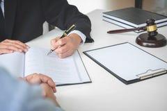 Schließen Sie oben vom Hammer, vom männlichen Rechtsanwalt oder vom Richter Consult mit Kunden und lizenzfreie stockbilder