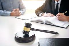 Schließen Sie oben vom Hammer, vom männlichen Rechtsanwalt oder vom Richter Consult mit Kunden und stockbilder