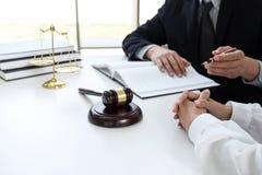 Schließen Sie oben vom Hammer, vom männlichen Rechtsanwalt oder vom Richter Consult mit Kunden und lizenzfreies stockbild