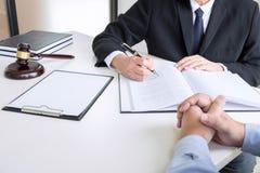 Schließen Sie oben vom Hammer, vom männlichen Rechtsanwalt oder vom Richter Consult mit Kunden und stockfoto