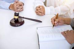 Schließen Sie oben vom Hammer, vom männlichen Rechtsanwalt oder vom Richter Consult mit Kunden und stockbild