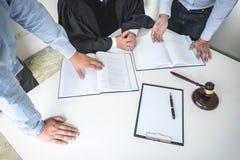 Schließen Sie oben vom Hammer, vom männlichen Rechtsanwalt und vom älteren Richter Consult mit clie stockfotos