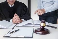 Schließen Sie oben vom Hammer, vom männlichen Rechtsanwalt und vom älteren Richter Consult mit clie lizenzfreie stockfotografie