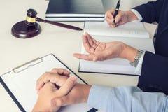 Schließen Sie oben vom Hammer, vom männlichen Rechtsanwalt oder vom Richter Consult mit Kunden und lizenzfreie stockfotos