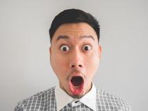 Schließen Sie oben vom Headshot des überraschten und entsetzten Gesichtsmannes Lizenzfreie Stockfotografie