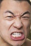 Schließen Sie oben vom hemdlosen jungen athletischen knurrenden Mann Lizenzfreie Stockfotografie