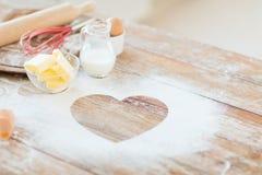 Schließen Sie oben vom Herzen des Mehls auf Holztisch zu Hause Lizenzfreies Stockbild