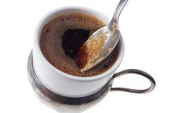 Schließen Sie oben vom Hinzufügen des braunen Zuckers im traditionellen türkischen Kaffee Lizenzfreies Stockbild