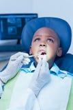 Schließen Sie oben vom Jungen, der seine Zähne überprüfen lässt Lizenzfreie Stockfotografie