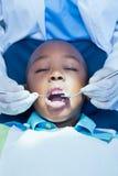Schließen Sie oben vom Jungen, der seine Zähne überprüfen lässt Stockbild