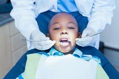 Schließen Sie oben vom Jungen, der seine Zähne überprüfen lässt Stockfotos