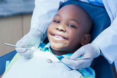 Schließen Sie oben vom Jungen, der seine Zähne hat Stockfotografie