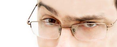 Schließen Sie oben vom jungen Mann in den Gläsern, die in der Kamera schauen Lizenzfreie Stockfotos