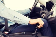 Schließen Sie oben vom jungen Mann, der Auto fährt Lizenzfreies Stockfoto