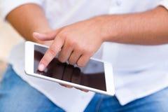 Schließen Sie oben vom jungen Mann, der Internet auf digitaler Tablette verwendet Stockfotos