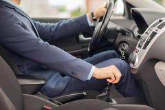 Schließen Sie oben vom jungen Mann in der Klage, die Auto fährt Lizenzfreies Stockfoto