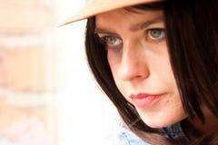 Schließen Sie oben vom jungen stilvollen Frauenanstarren Lizenzfreies Stockbild