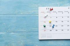Schließen Sie oben vom Kalender auf dem Tisch stockbild