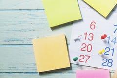 Schließen Sie oben vom Kalender auf dem Tisch lizenzfreies stockfoto