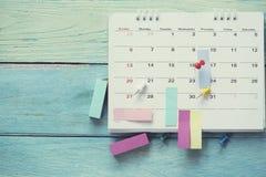 Schließen Sie oben vom Kalender auf dem Tisch lizenzfreie stockbilder