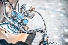 Schließen Sie oben vom klassischen Motorrad shinny Lenkstangengeschwindigkeitsmesser stockfoto
