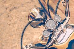 Schließen Sie oben vom klassischen Motorrad shinny Lenkstangengeschwindigkeitsmesser lizenzfreie stockbilder