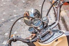 Schließen Sie oben vom klassischen Motorrad shinny Lenkstangengeschwindigkeitsmesser stockbild