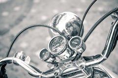 Schließen Sie oben vom klassischen Motorrad shinny Lenkstangengeschwindigkeitsmesser lizenzfreies stockfoto
