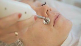 Schließen Sie oben vom Kosmetiker, der Hautbehandlung mit Ultraschallmaschine tut stock video
